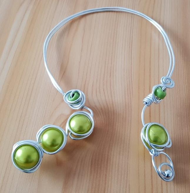 collier-vert-aluminium-perles-magiques